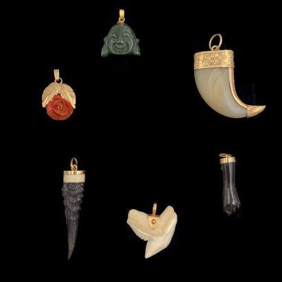 Trois PENDENTIFS en or jaune (750‰) dent...