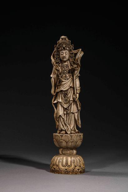 Okimono en ivoire sculpté représentant une...