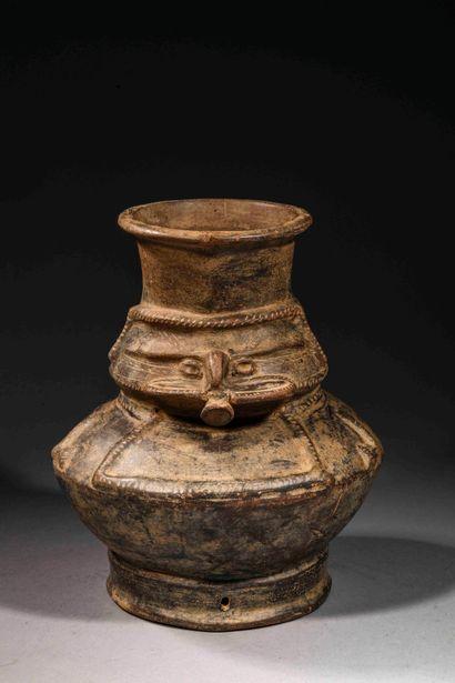 Vase anthropomorphe  Terre cuite à engobe...