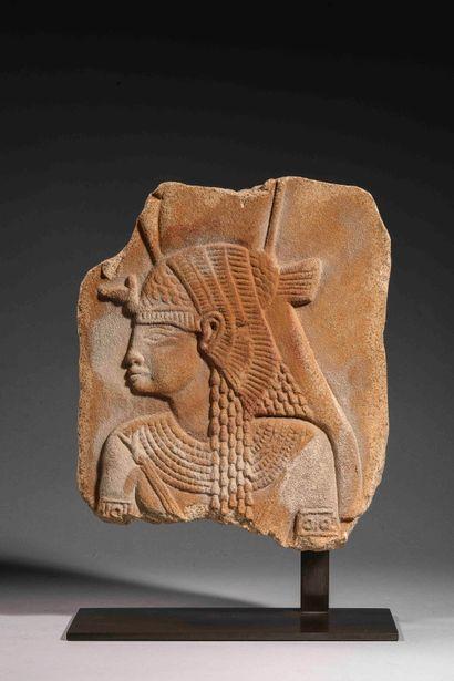 Bas-relief représentant un buste de divinité...