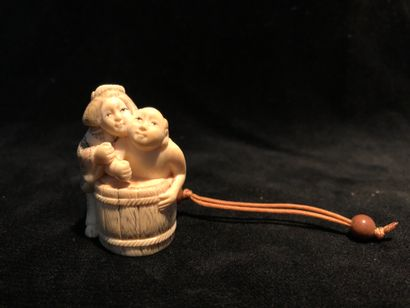 Netsuke en ivoire représentant un couple...