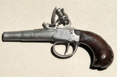 Pistolet à coffre à silex de voyage.  Canon...
