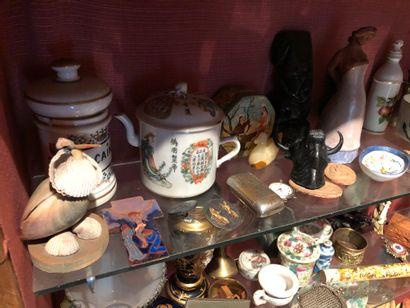 Important ensemble d'objets de vitrine  Theière,...
