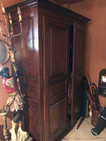 Armoire en bois foncé ouvrant par 2 portes...