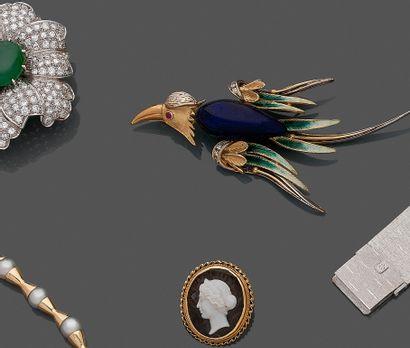 """BROCHE """" oiseau """" en or jaune et or gris (750) ciselé, sculpté, ajouré, orné d'émail..."""