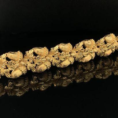 """BRACELET """" forêt """" en or jaune (750) ajouré, ciselé, sculpté à motifs de glands..."""