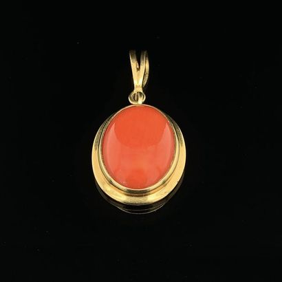 PENDENTIF ovale en or jaune (750) serti d'un...