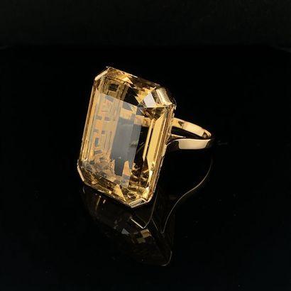 *Importante BAGUE en or jaune (750) ajouré à motifs géométrique, serti d'une citrine...