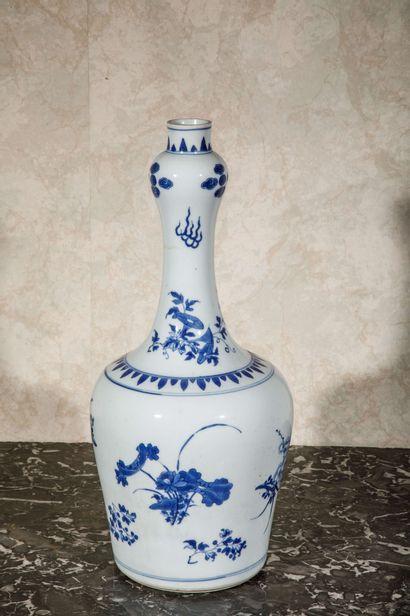 CHINE :  Vase balustre en porcelaine à décor...