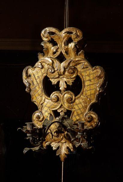Deux appliques formant pendant en bois sculpté...