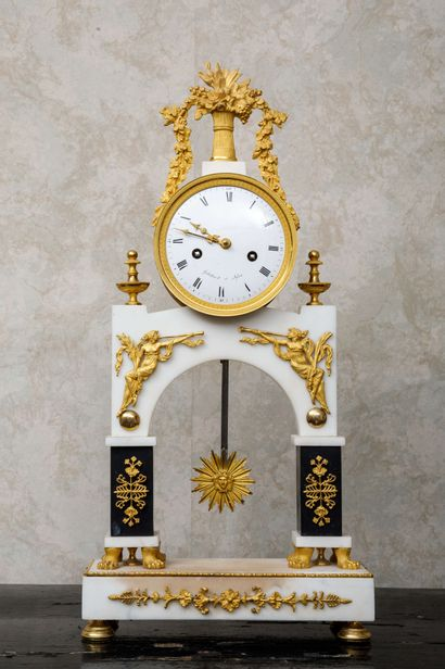 Pendule portique en marbre blanc, marbre...