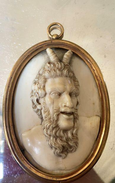 Médaillon en ivoire sculpté en haut-relief...