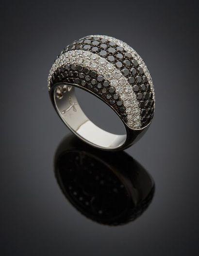 """BAGUE """" dôme """" en or gris (750) bombé, pavé de diamants taille brillant blancs et..."""