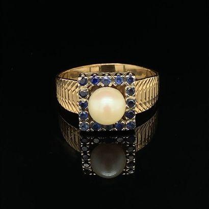 *BAGUE carrée en or jaune et or gris (750) guilloché, surmontée d'une perle de culture...