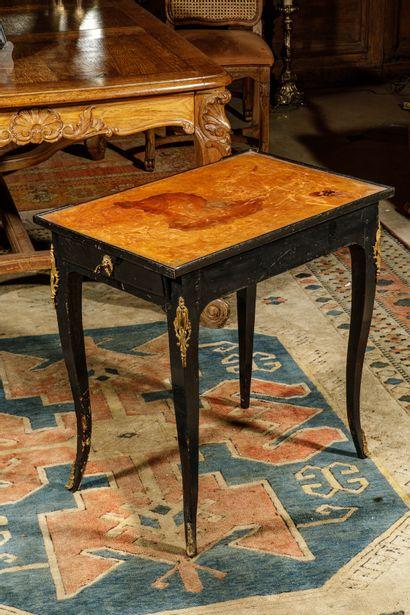 Table en cabaret en bois relaqué noir, ouvrant...