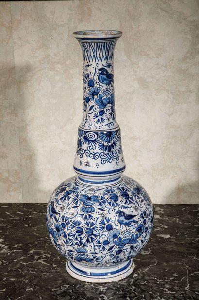 DELFT :  Vase bouteille en faïence à décor...