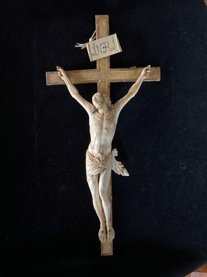 Crucifix, le Christ en ivoire finement sculpté,...