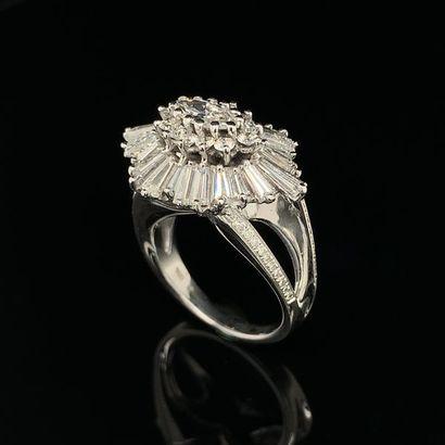 """BAGUE """" cocktail """" en or gris (750) ajouré, serti d'un diamant taille navette dans..."""