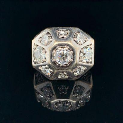 """BAGUE """" géométrique """" en or gris (750%) serti de trois diamants taille ancienne..."""