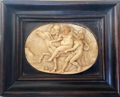 Plaquette ovale en ivoire sculpté en bas-relief...