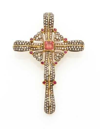 """Important PENDENTIF """" croix """" en or jaune (750) et argent (min. 800) ajouré, à motifs..."""