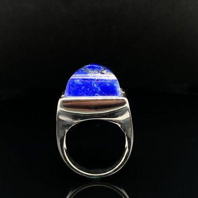 Importante BAGUE carrée en argent (925%) ornée d'un lapis lazuli taillé en pain...