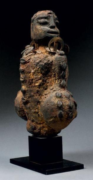 IMPORTANT FÉTICHE À FONCTION APOTROPAÏQUE présentant une figure ancestrale couverte...