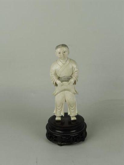 JEUNE GARÇON TENANT SON CHAPEAU EN IVOIRE. H: 11,5 cm