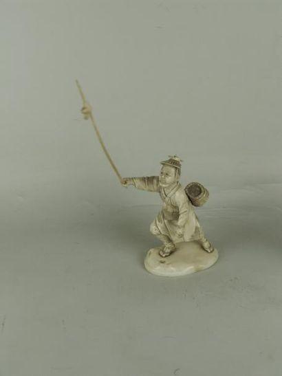 OKIMONO EN IVOIRE. Représentant un chasseur...