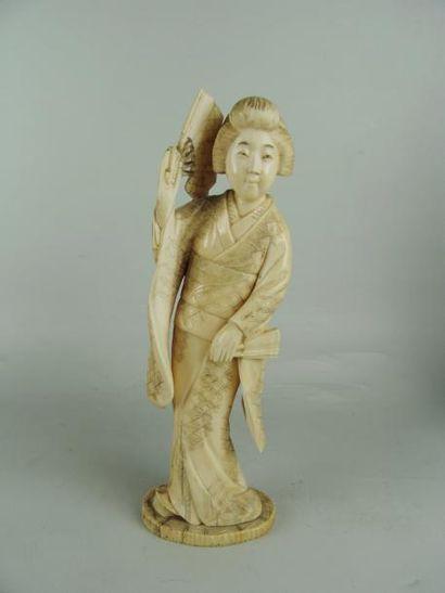 OKIMONO EN IVOIRE. Représentant une geisha...