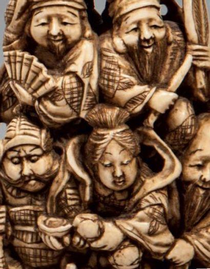 QUATRE OKIMONOS EN IVOIRE. Groupe de personnages au milieu des pins. H: 11 à 12...