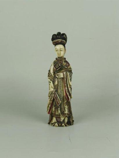 PRINCESSE EN IVOIRE. Elle se tient debout, un éventail à la main droite. H: 13 ...