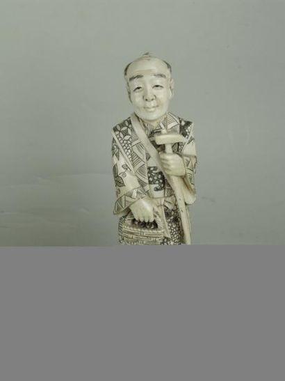OKIMONO EN IVOIRE. Représentant un personnage...