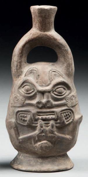 Vase étrier présentant la tête Janus d'un...