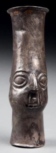 Kéro cérémoniel présentant une tête probablement...