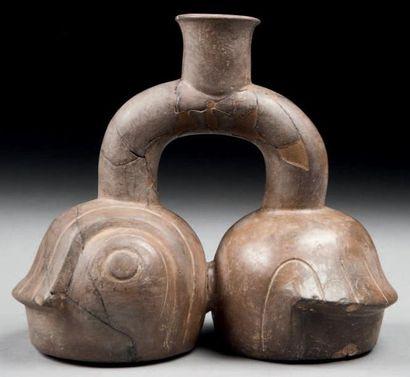 Vase à double panse en forme de conque marine....