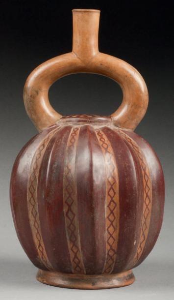 Vase étrier, la panse modelée avec dextérité...