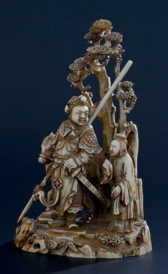 OKIMONO en ivoire représentant un guerrier...