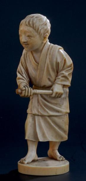 OKIMONO en ivoire, représentant un jeune...