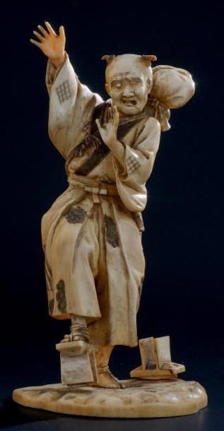 OKIMONO en ivoire, un paysan marchant dans...