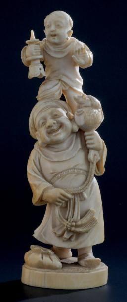 OKIMONO en ivoire, représentant un saltimbanque...