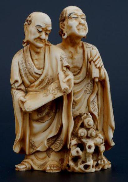 OKIMONO en ivoire, représentant deux lettrés...