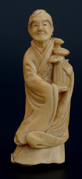 OKIMONO en ivoire, représentant un homme...
