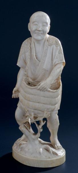 OKIMONO en ivoire, représentant un paysan...