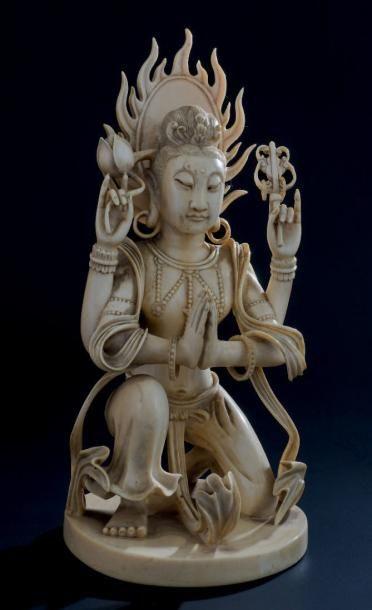 OKIMONO en ivoire, représentant la déesse...