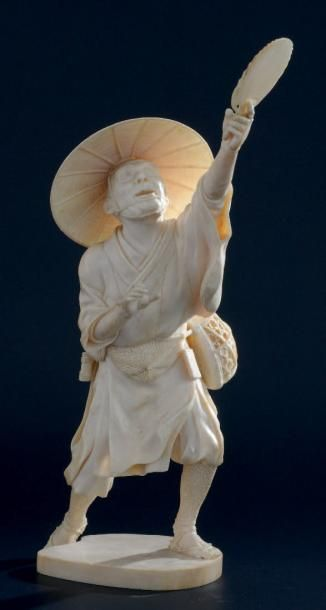 OKIMONO en ivoire, représentant un chasseur...