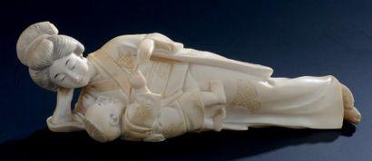 OKIMONO en ivoire, représentant une jeune...