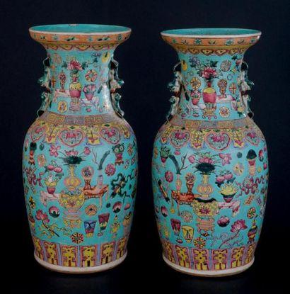 PAIRE DE VASES en porcelaine à décor floral...