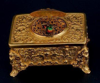 BOITE À MUSIQUE en métal doré de forme rectangulaire...