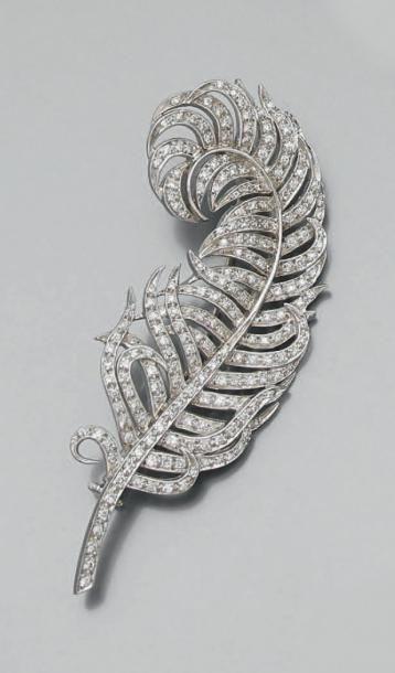 BROCHE «plume» en or gris (750 millièmes)...